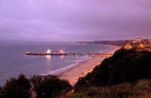 Vue de la côté de Bournemouth de nuit