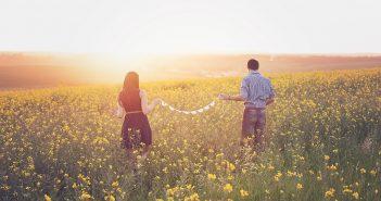 Couple dans un champs